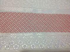Toalha de lavabo, com o ponto Danadinho ensinado por Juçara Medeiros.