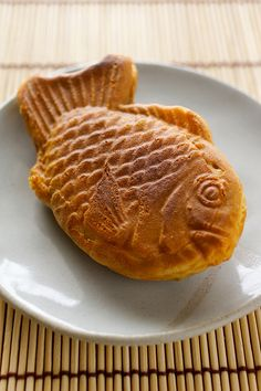 Japanese sweets, Taiyaki-Had these in Tokyo at the Kabuki-za. Red bean--very delicious! Japanese Deserts, Japanese Treats, Japanese Food, Cupcakes, Cute Food, Yummy Food, Just Desserts, Dessert Recipes, Japanese Wagashi