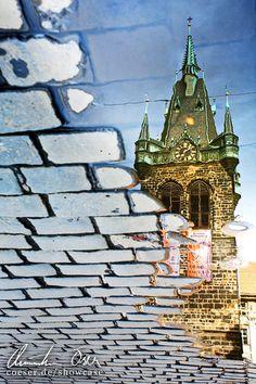 Der Heinrichsturm (Jindrisska Vez) spiegelt sich ein einer Lacke (Pfütze) in Prag, Tschechien.