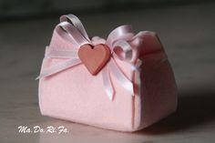 Un cofanetto in feltro: in rosa per le bimbe, in azzurro per i maschietti.         Il tutto accompagnato da un piccolo decoro in terracotta....