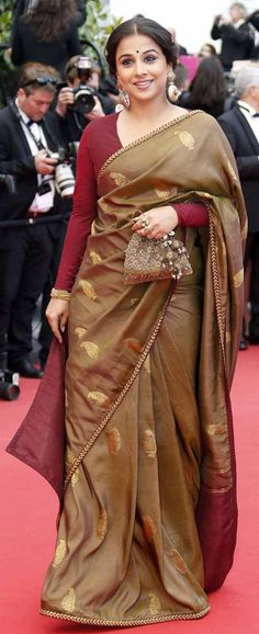 Blouse designs for silk sarees could have brocade, zari work and sequin design in different styles. Let's have a look at few Blouse Designs for Silk Sarees Saree Blouse Patterns, Saree Blouse Designs, Sari Blouse, Sari Dress, Blouse Neck, Dress Designs, Bollywood Saree, Bollywood Fashion, Saree Fashion