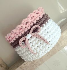 Crochet basket (Free pattern o Diy Crochet Basket, Crochet Box, Knit Basket, Love Crochet, Crochet Yarn, Crochet Crafts, Crochet Projects, Crochet Pillow Pattern, Crochet Basket Pattern