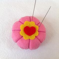 Make Mom a pin cushion for Mother's Day. They are easy and Mom will appreciate your craftiness. Glue Crafts, Diy Crafts, Diy Ideas, Craft Ideas, Great Mothers Day Gifts, Easy Diy Gifts, Mother's Day Diy, Pincushions, Diy Tutorial