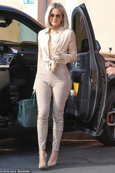Khloe Kardashian looks thinner than ever as she shoots KUWTK Skinny minnie: Khloe Kardashian looked like she'd significantly slimmed down when she step. Khloe Kardashian Outfits, Khloe Kardashian Revenge Body, Koko Kardashian, Estilo Kardashian, Khloe Kardashian Skinny, Kardashian Family, Kardashian Jenner, Pastel Outfit, Neutral Outfit