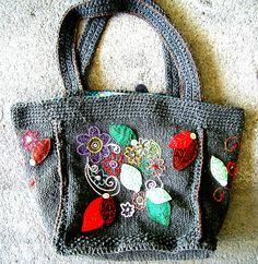 Bolsa em tricô com bordados. Mais detalhes lá no blog: http://miauartes.blogspot.com.br/ #artesanato