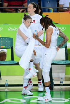 USA's guard Lindsay Whalen (L) celebrates a point with USA's forward Seimone Augustus during a Women's Gold medal basketball match between USA and Spain at the Carioca Arena 1 in Rio de Janeiro on August 20, 2016 during the Rio 2016 Olympic Games. / AFP / EMMANUEL DUNAND