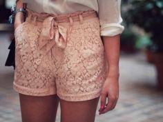 A estas alturas de la vida, todas habréis visto por ahí los famosos shorts de encaje, guipur o crochet que tan de moda se han puesto es...