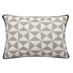 Mit dieserm hochwertigen Kissen von Hübsch bringen sie skandinavisches Flair in ihr Zuhause. Das Kissen mit grafischen Muster ist aus 100% Baumwolle und wird mit Füllung geliefert.