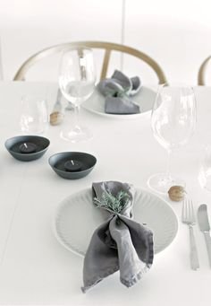 Simple Christmas table decorations in the Norwegian home of Nina Holst / Stylizimo.