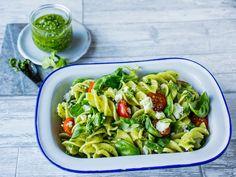Pastasalat med tomat og basilikum Sprouts, Pesto, Food And Drink, Bacon, Salad, Vegetables, Ethnic Recipes, Basil, Veggie Food