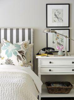 Cabeceira de cama utilizando um tecido listrado, dá personalidade a decoração.