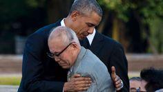 El presidente Obama abraza al superviviente de la bomba atómica de Hiroshima Shigeaki Mori.