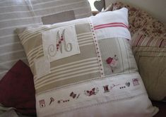 Coussin_entier_OK Sewing Pillows, Diy Pillows, Decorative Pillows, Throw Pillows, Shabby Chic Cushions, Memory Pillows, Quilt Stitching, Quilting, Cute Quilts
