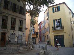 Place et ruelles colorées de Perpignan