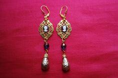 """Boucles d'oreille """"purple marquise"""" : estampes avec petits camés en verre mauve et blanc perles irisées violettes en verre : Boucles d'oreille par lericheattirail"""