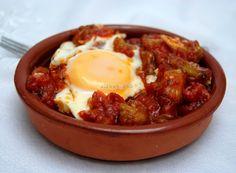 Cazuela de Berenjenas / 1 kilo de berenjenas. 1 cebolla grande. 2 tomates grandes y maduros. 1 pimiento rojo. 100 gramos de pan del día anterior. 100 gramos de almendras. 4 huevos. Aceite. Sal