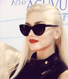 Gwen Stefani rocking an oversized pair of cat eye sunglasses. Gwen Stefani Mode, Gwen Stefani Style, Gwen Stefani Makeup, Langer Bob, Cat Eye Sunglasses, Vintage Sunglasses, Trending Sunglasses, Christina Milian, Nicole Richie
