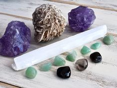 Como melhorar a energia da casa com cristais - Casa Vogue   Smart Crystals And Gemstones, Stones And Crystals, Things To Know, Things To Come, Jewelry Show, Desert Rose, Craft Fairs, Crystal Healing, Crystals