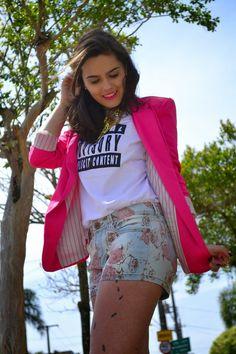 Mundo K: Blazer pink, t-shirt e short floral.