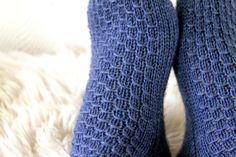 Taimitarha-blogista voit ihailla, millaiset sukat syntyvät, kun inspiraationa on Suomen kesäyö. Lankana Novita Nalle.