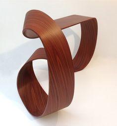 Console Ruban Möbius par Pierre Renart (designer français) // console sculpturale mêlant fibre de carbone et bois.