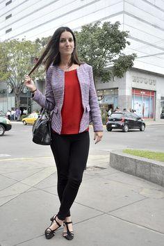Perfect match de color, un saco de tweed lila con pequeños destellos de color rojo combinan con top en rojo vivo, complementándolo con un pitillo, bolso negro y unas t-strap shoes negras para darle sobriedad y elegancia al look.