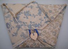 Lors d'un atelier de patchwork organisé par Euphémie Créations au Salon de l'Aiguille en Fête 2011, j'avais réalisé un carré de 35 x 35 cm de patchwork de tissus assemblés avec coutures apparentes, je crois que cela s'appelle le Rag Quilt - au Québec...
