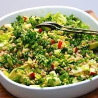Here is my recipe for pearl barley with kale, An easy and healthy salad that is also made with avocado and apple and it all turns into a delicious dre. Easy Salad Recipes, Easy Salads, Healthy Salads, Salad Menu, Salad Dishes, Superfood, Crab Stuffed Avocado, Waldorf Salat, Cottage Cheese Salad