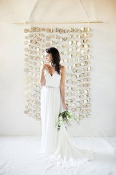 very interesting back drop for your ceremony. these are sliced tree brances. very modern very natural.via:weddingomania/comments: walkingonsunshine:)