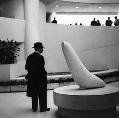 An elderly man looking at 'White Seal', a sculpture by Constantin Brancusi, at the Guggenheim Museum in New York. Modern Sculpture, Abstract Sculpture, Sculpture Art, Brancusi Sculpture, Constantin Brancusi, French Sculptor, Sculptures Céramiques, New York Museums, Art Folder