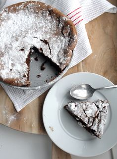 Deze taart is het summum van uitersten. Extreem luchtig maar ongelooflijkfudgy. Supersimpel, maar wel even goed opletten. Geen bloem, maar wel veel eieren. Heel weinig ingrediënten (slechts vier!), maar wel een lange bereidingstijd. En het resultaat: ohh, goddelijk. De ultieme flourless chocolate cake. Doe de boter en de stukjeschocolade in een grote hittebestendige kom en …