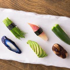 Vegetarian sushi isn't easy to find in Tokyo, so here are 5 places that serve beautiful vegetarian sushi sets that go way beyond the kappa (cucumber) sushi. Veggie Sushi, Sushi Co, Sashimi Sushi, Japanese Sashimi, Japanese Food, Kimbap, Good Food, Yummy Food, Food Icons