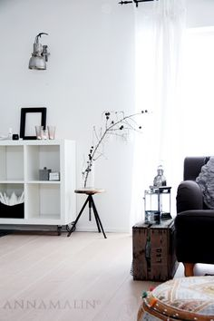 nice and simple living room. add wheels to the IKEA bookshelf, that's smart!!