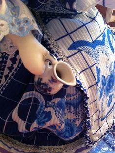 С настоящим гжелевским чайничком-молочником, куплен на фабрике, явился толчком для идеи сделать куклу в стиле Гжель