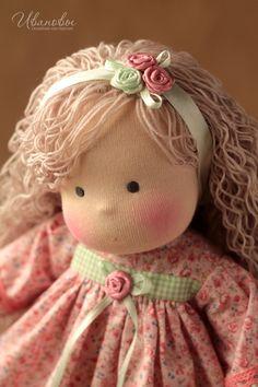 Купить или заказать Вальдорфская кукла в интернет-магазине на Ярмарке Мастеров. Добрая ласковая вальдорфская куколка, сшита полностью из натуральных материалов по традиционной вальдорфской технологии из хлопкового трикотажа, набивка - овечья шерсть, для волос используется шерстяная пряжа. Волосы вшиты равномерно по всей голове, их можно расчесывать и делать разные прически. Куколка сидит сама, без опоры. Для вертикальной позы требуется подставка. Doll Patterns, Clothing Patterns, Crochet Doll Pattern, Waldorf Dolls, Pretty Dolls, Soft Dolls, Fabric Dolls, Baby Dolls, Crochet Hats