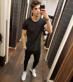 Adoramos combinações minimalistas. Na foto: camiseta básica preta, skinny básica preta e tênis branco.