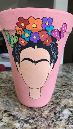 Maceta Frida Painted Plant Pots, Painted Flower Pots, Pottery Painting, Fabric Painting, Creative Crafts, Diy And Crafts, Herb Garden Pallet, Flower Pot Design, Flower Pot Crafts