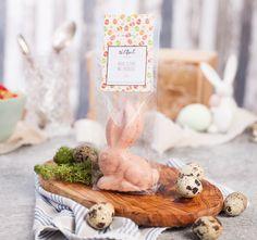 Ganz schüchtern und zaghaft blinzelt der Osterhase – Erbeer von Wildbach aus seinem Osterversteck. Dabei trumpft sein Geschmack mächtig auf! Finder dürfen sich auf eine cremige weiße Schokolade, leichte Vanillenoten und einen fruchtigen...