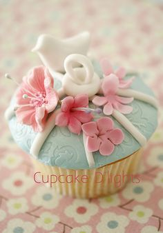 There are some amazingly gorgeous cupcakes, cakes and cookies on this site! Flowers Cupcakes, Fancy Cupcakes, Pretty Cupcakes, Beautiful Cupcakes, Sweet Cupcakes, Yummy Cupcakes, Wedding Cupcakes, Amazing Cupcakes, Simple Cupcakes