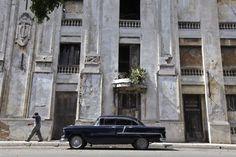 Spookachtig mooie beelden van desolate gebouwen: Een oude Chevrolet bij een leeg gebouw in de Cubaanse stad Havana.© Reuters