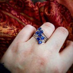 Découvrez la collection Memories by Vincent dont cette magnifique bague en Kyanite fait partie!  Souvent bleue la kyanite peut revêtir dautres couleurs comme le vert menthe. Cest une pierre allô chromatique ce qui sui signifie quelles adopte la couleur déléments extérieurs. Elle présente aussi souvent de nombreuses inclusions ce qui pour moi lui donne un certain charme!  Cest une pierre très appréciée en lithothérapie car ce serait la pierre de la connaissance de soi-même et elle apporterait… Sapphire, Rings, Inspiration, Collection, Jewelry, Instagram, Blue Sapphire Rings, Mint Green, Knowledge