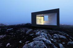 """Sulla Fogo Island, un estremo lembo di terra canadese in mezzo all'Oceano Atlantico, lo studio norvegese di Todd Saunders sta curando l'attuazione dell'""""Arts Residency Program"""", un piano per la costruzione di un nuovo centro d'arte """"diffuso"""", sei abitazioni sparse lungo tutta l'isola a cui si aggiungerà un albergo a cinque stelle."""
