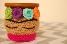 Mate Tejido Crochet Frida Kahlo - $ 190,00 en MercadoLibre Crochet Mug Cozy, Crochet Home, Love Crochet, Knit Crochet, Crochet Designs, Crochet Patterns, Crochet Jar Covers, Crochet Videos, Crochet Projects