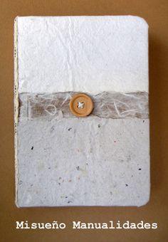 Libreta handmade con tapa de papel artesanal. El lomo es de cinta de puntilla.  Lleva un botón de madera de adorno.  www.misuenyo.com / www.misuenyo.es