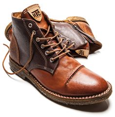 Der Desert Boot gehört zur Ranch Serie der Hollywood Trading CompanyHerbst/Winter Kollektion 2013. Drei verschiedene Ledersorten verleihen dem Schuh seinen ganz besonderen Charme. Der rahmengenäh…