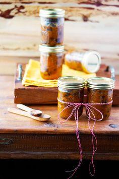 Mango Chutney (6 Portionen) 250g Mangos, geschält und gewürfelt 75 ml Wasser 125g Zucker 4 EL Essig 1 TL Salz 1/2 Anis, gemahlen 5 Pfefferkörner 2 Stangen Zimt 3 Nelken 2 Lorbeerblätter 1/2 TL Cayennepfeffer 1 TL Paprikapulver, süß - alles zusammen 20 min kochen, bis die Mango richtig weich ist´ - in Schraubgläser abfüllen