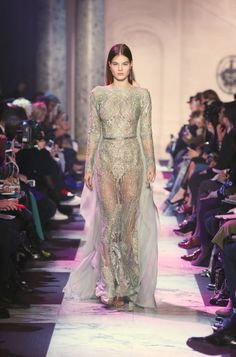 Welcome to the world of ELIE SAAB: discover the latest Haute Couture and Ready to Wear Collections, Accessories, Shows, Celebrities, Backstage and more. Elie Saab Couture, Fashion Brands, Fashion Show, Fashion Design, Female Fashion, Women's Fashion, Elie Saab Printemps, Formal Wear, Formal Dresses