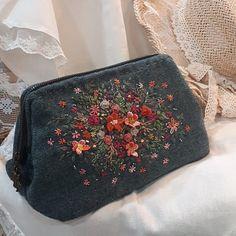 #프랑스자수#일산프랑스자수 #프랑스자수mimi #자수소품 #일산프랑스자수공방 #휠 파우치 #Embroidery#stitch #needlework#pouch #울원단과 울실, 비즈로 완성한 휠 파우치... #가을부터 주욱...나에게 빛나는 자수소품이 될것같습니다^^~🌹🌿 Crewel Embroidery Kits, Embroidery Applique, Embroidery Designs, Lace Beadwork, Little Stitch, Crochet Handbags, Handmade Beads, Crochet Flowers, Clutch Bag