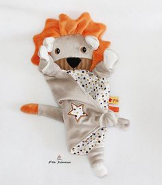Sewing Toys, Baby Sewing, Peluche Lion, Baby Comforter, Handmade Toys, Baby Toys, Baby Gifts, Sewing Projects, Crafts For Kids