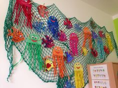 Under the sea craft bulletin board Ocean Crafts, Fish Crafts, Diy And Crafts, Arts And Crafts, Summer Crafts For Kids, Art For Kids, Under The Sea Theme, School Decorations, Ocean Themes